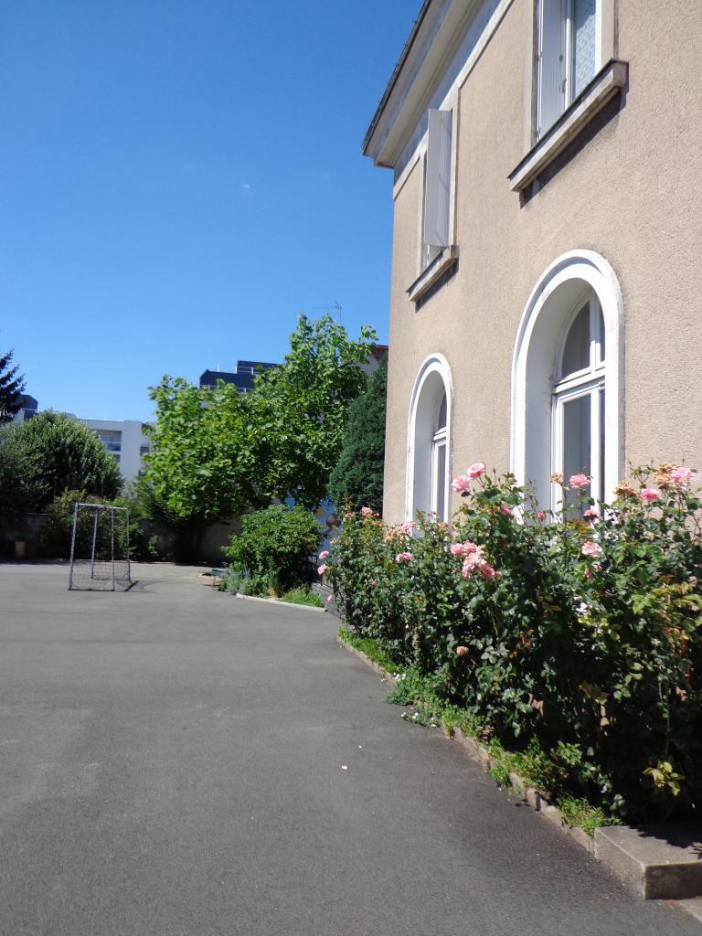 La résidence est située dans un ensemble scolaire.